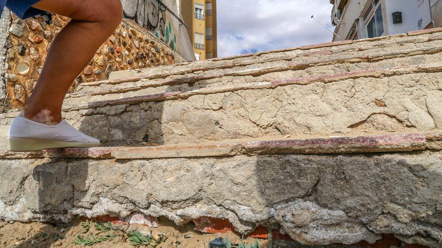 Torrevieja paga 47.900 euros a un vecino por una caída en la playa del Acequión