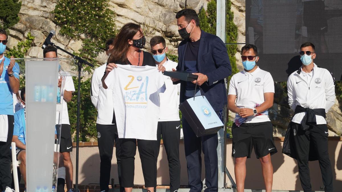 La presidenta Armengol durante la fiesta del ascenso a Segunda de la UD Ibiza