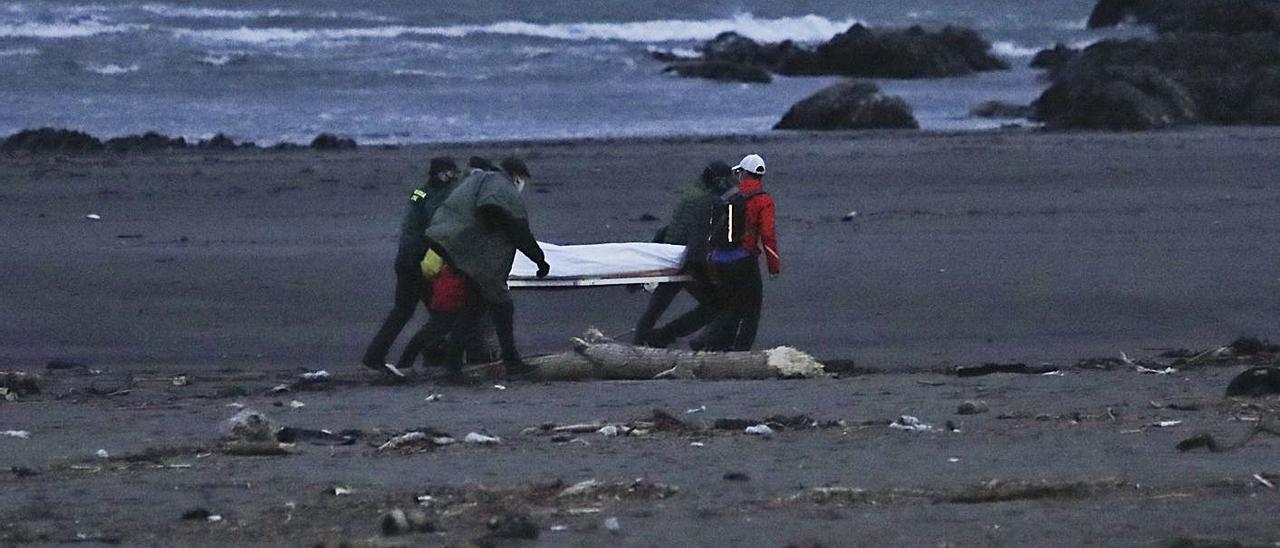 Agentes de la Guardia Civil sacando de la playa de Los Quebrantos el pasado sábado el cuerpo sin vida de Juan  Manuel Vega. | Ricardo Solís