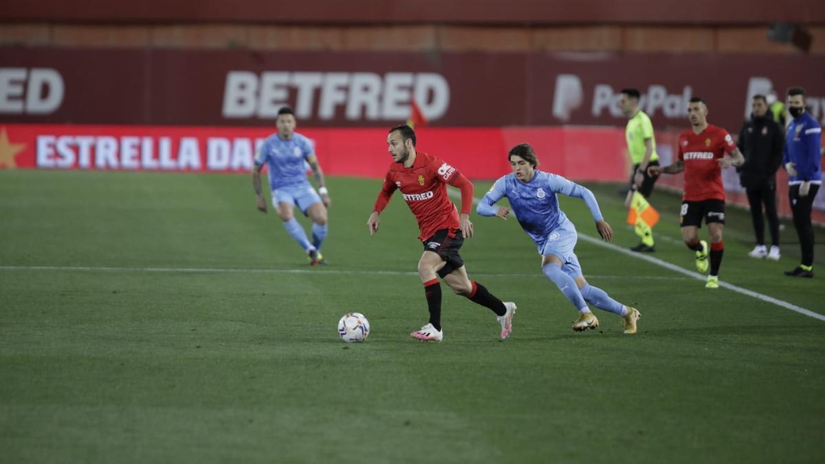 Joan Sastre conduce el balón durante el partido ante el Girona.