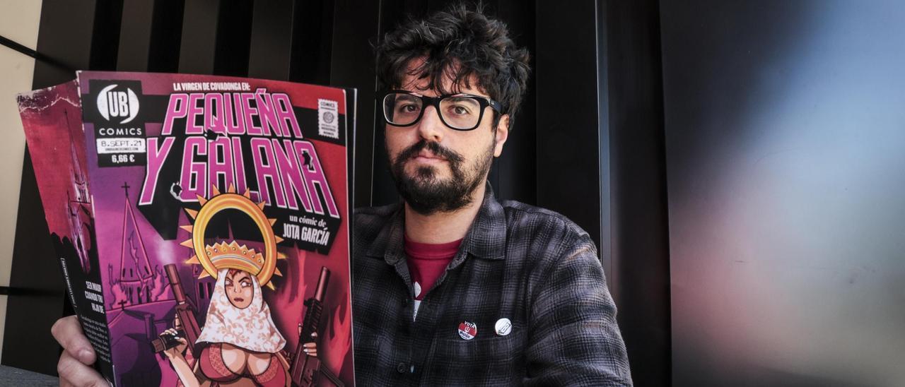 """Jota García, con un ejemplar de """"Pequeña y galana""""."""