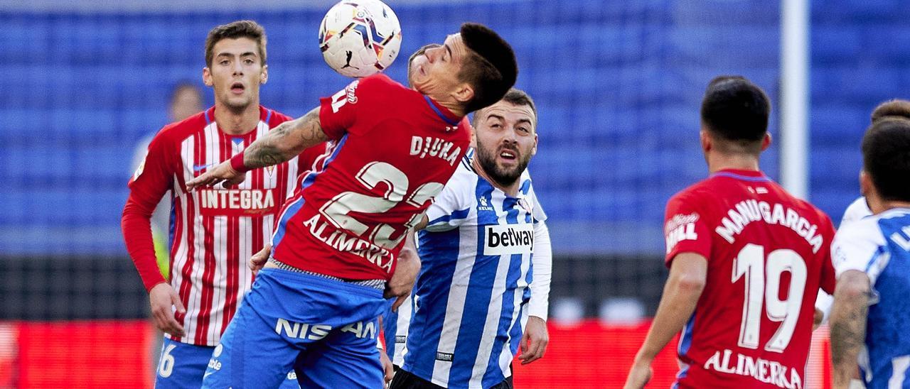 Djuka controla el balón durante el Espanyol-Sporting de la primera vuelta.