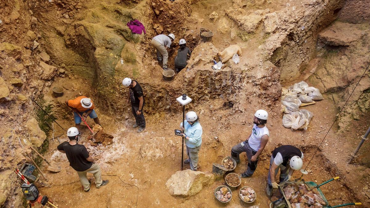 Arqueólogos trabajan en la Sima del Elefante, en Atapuerca.