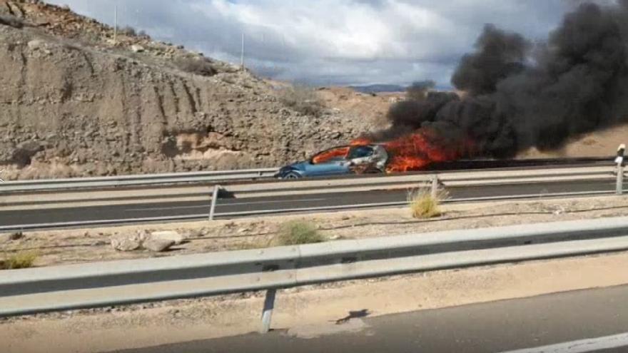 Vehículo ardiendo en la GC-1 en Mogán, cerca de Arguineguín.