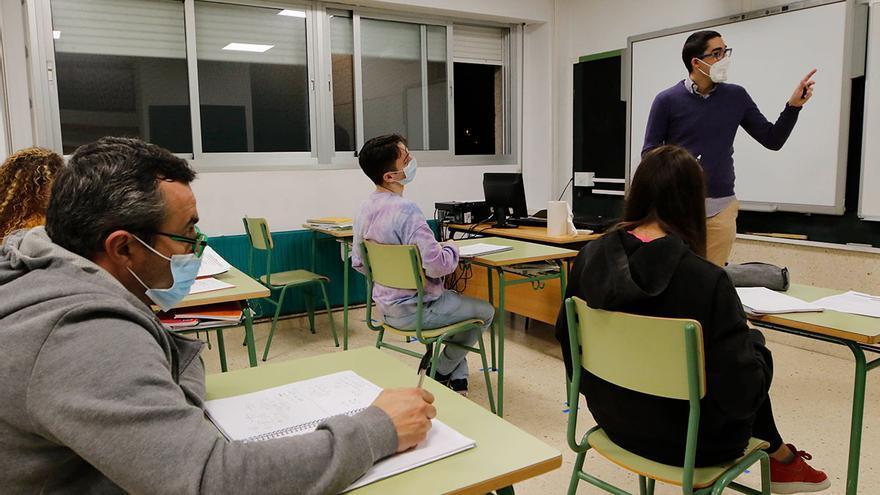 La enseñanza de adultos pierde casi tres mil matriculados en el último curso