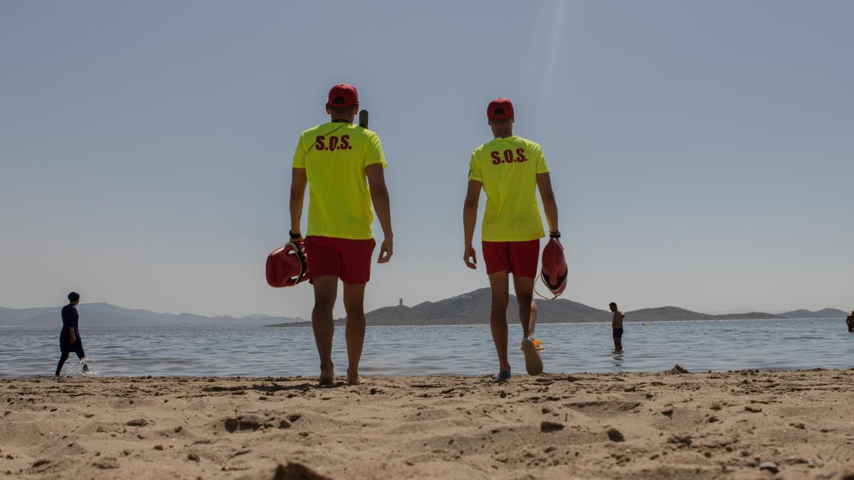 Pérez Cervantes y un  compañero, ayer en la playa de La Manga donde ejercen como  socorristas.