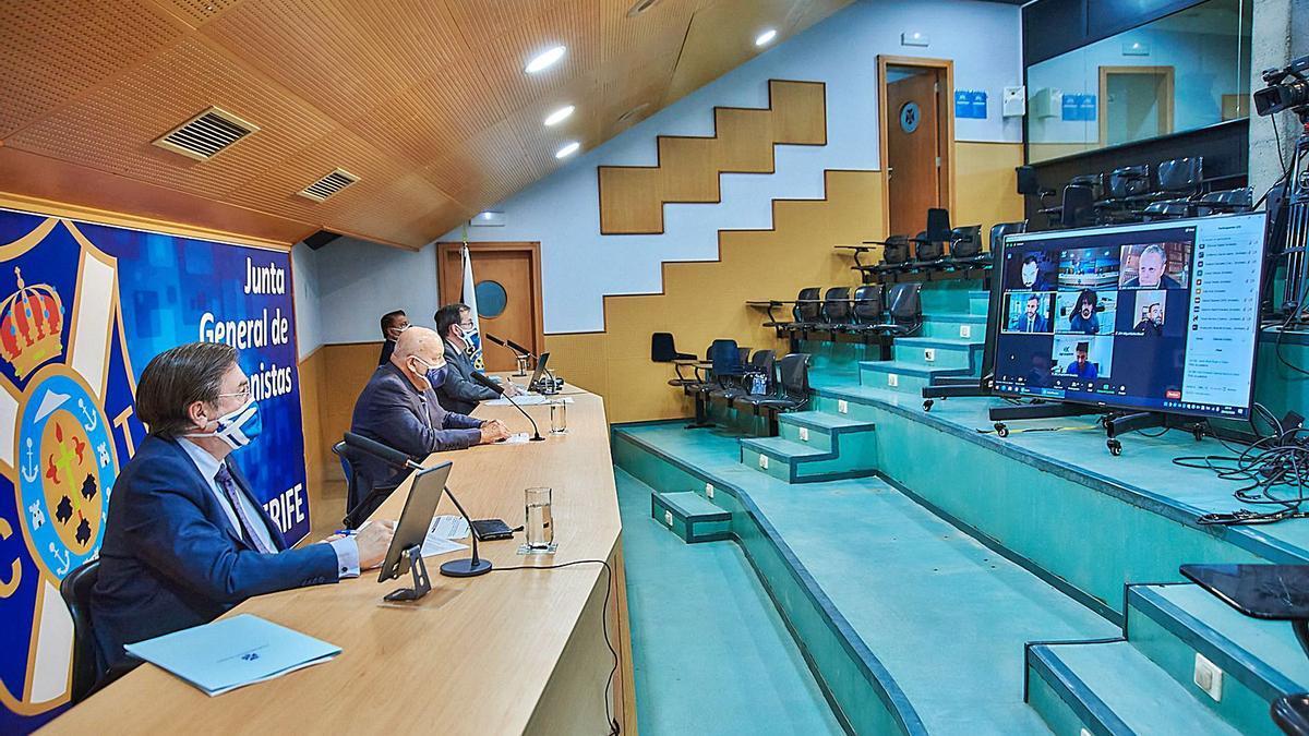 Alfonso Cavallé, Miguel Concepción, Pedro Yanes y Conrado González, en la sala de prensa del estadio, atentos a la pantalla durante la junta telemática de ayer.