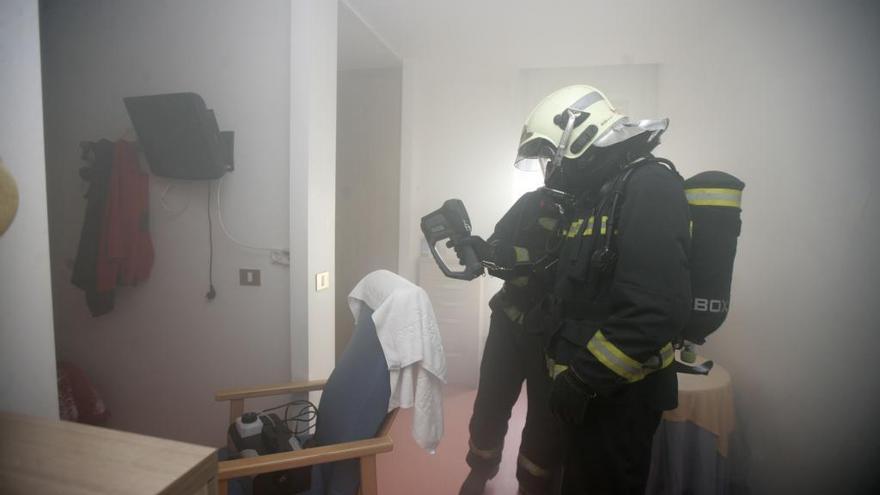 Simulacro de incendio con humo real en la residencia de A Estrada