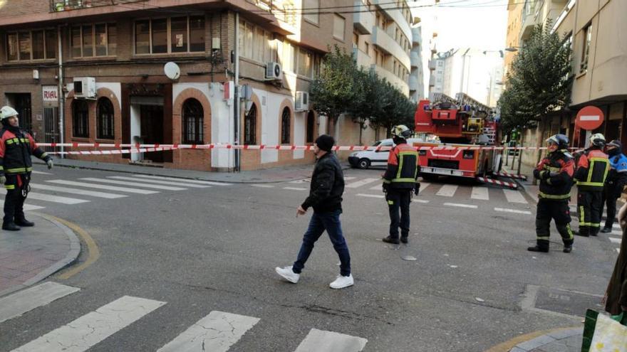 Parte del tejado de una vivienda en Santa Teresa cae al suelo y obliga a cortar varias calles