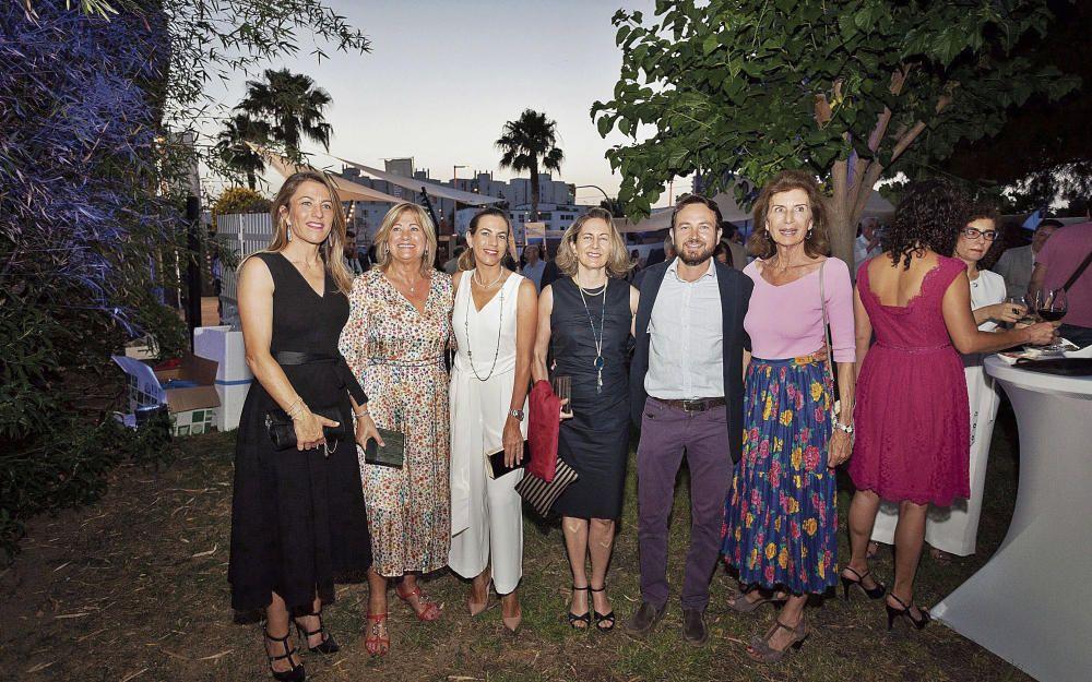 Las galardonadas con el Premi Turismo al Grupo Piñero Encarna Piñero, Isabel García y Lidia Piñero; junto a los premiados por la trayectoria empresarial del Grupo Sampol Carmen Sampol y Fernando Sampol, acompañados por  la presidenta de la patronal CAEB, Carmen Planas.