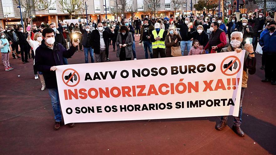 Decenas de vecinos y políticos reclaman en O Burgo paliar la afección del aeropuerto