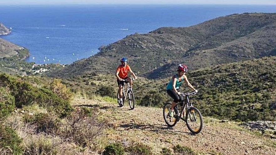Turisme de Roses projecta nou rutes en bici i vuit miradors sobre la badia