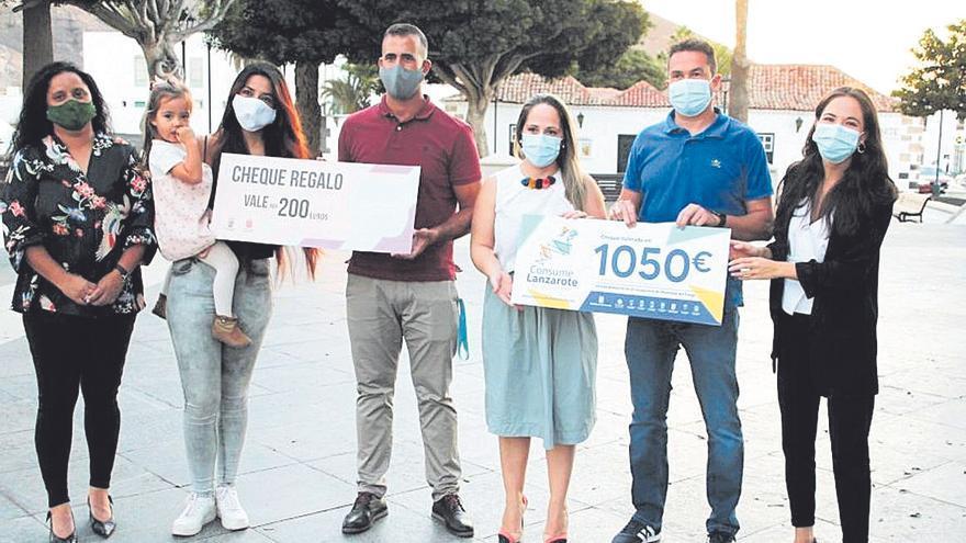 Cheques regalo para los premiados de Consume Lanzarote en Yaiza y Haría