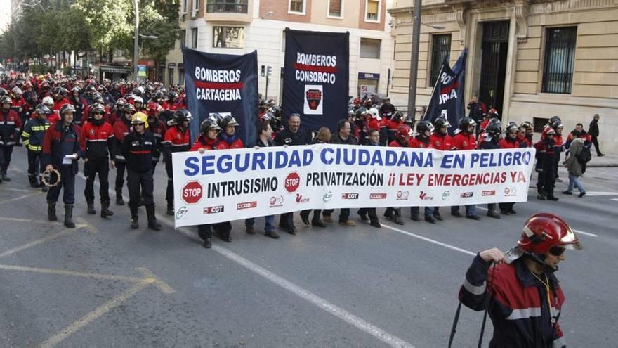 Los bomberos mantienen las protestas pese a la promesa de ampliar la plantilla