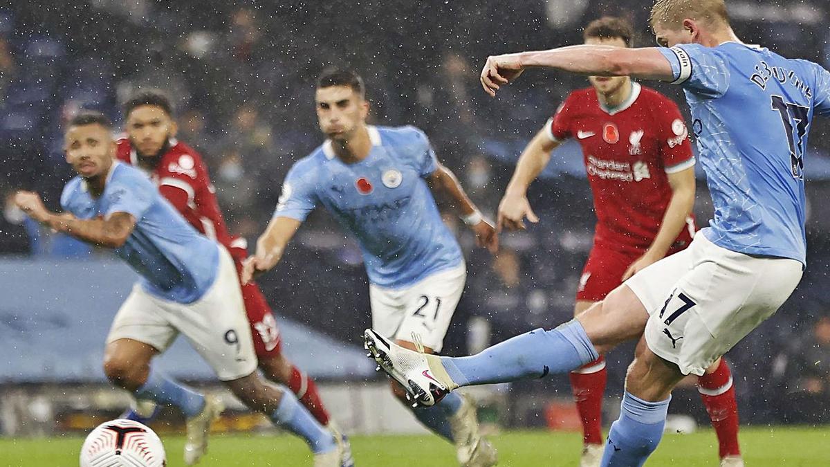 Kevin de Bryune ejecuta el penalti fallado que propició ayer el empate en el Etihad Stadium.    // DPA