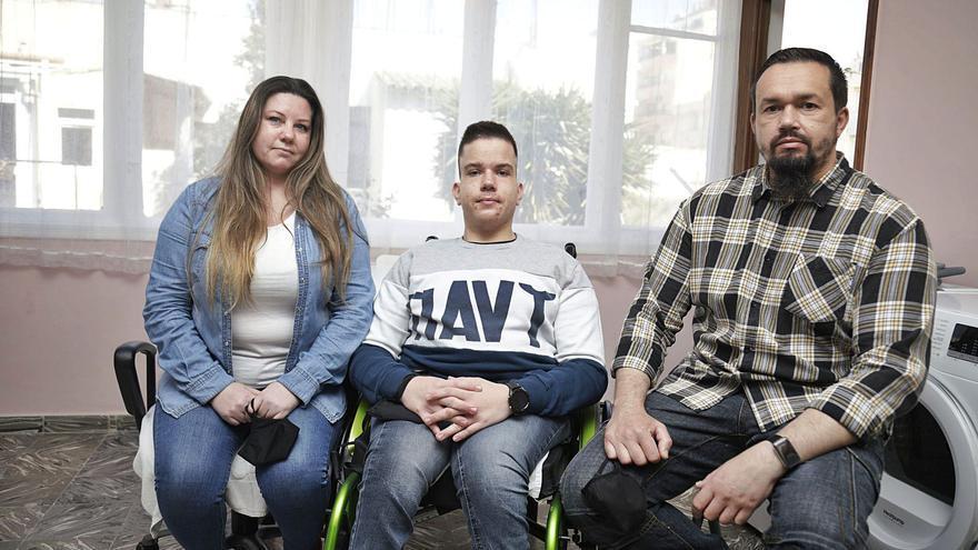 La familia de Óscar Kacper,   de desahuciados a okupas
