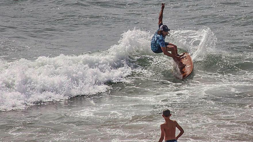 El surf sortea las olas (y los problemas) en la provincia