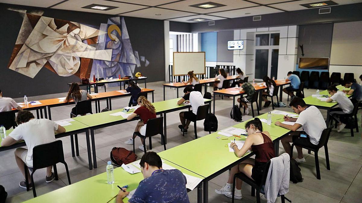 Escuelas San José de València acogieron las últimas PAU en el comedor del centro. | M.Á.MONTESINOS