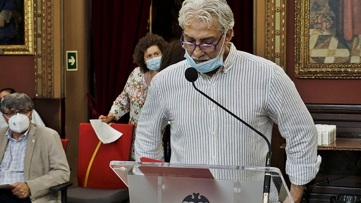 El representante de la asociación Gaocaló, Carlos Cortés, intervino en el pleno.