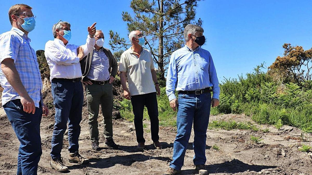 Los directores xerais con el alcalde de A Lama visitando la zona.   | // FDV