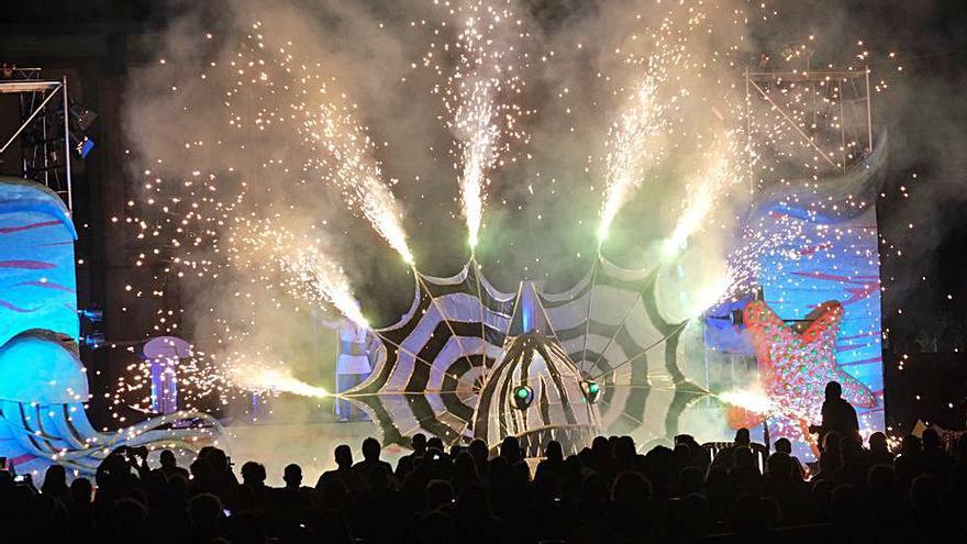 El dios del mar y sus demonios danzan por Elda con un teatro de fuego, luz y música
