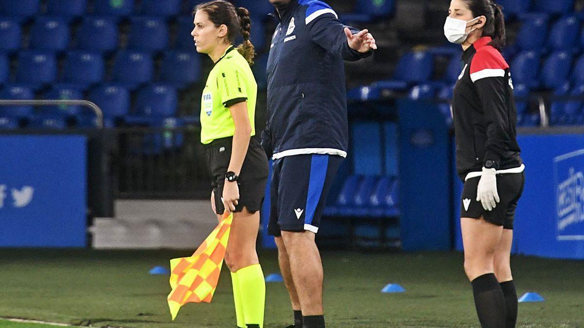 Manu Sánchez da indicaciones el domingo en el partido contra el Sevilla.