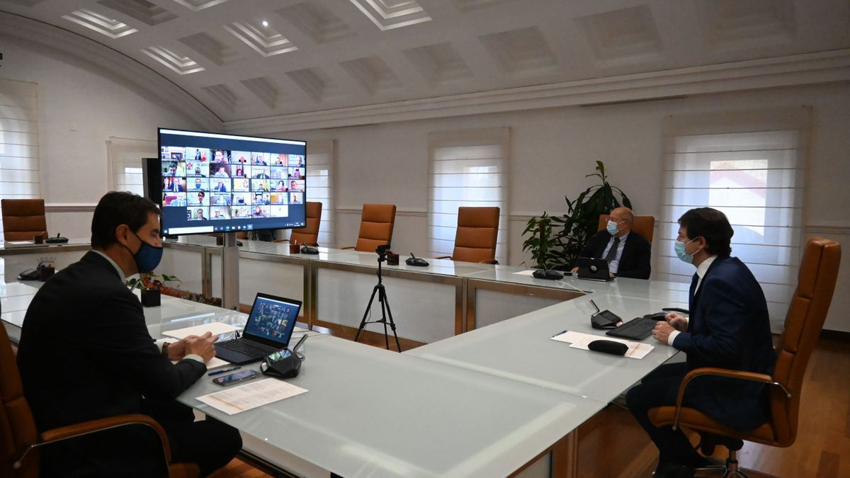 Mañueco preside la reunión con alcaldes y presidentes de las diputaciones de Castilla y León.