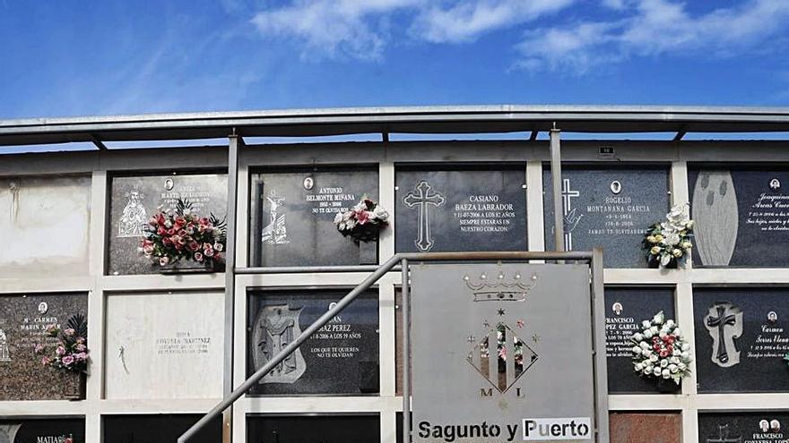 Un informe lleva  a poner escaleras de aeropuerto en los cementerios  de Sagunt