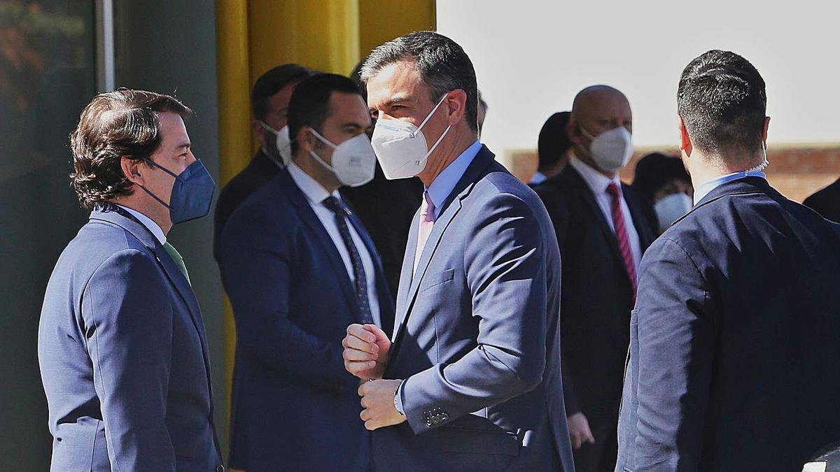 Fernández Mañueco, junto al presidente Pedro Sánchez, el pasado 23 de marzo durante su visita a la planta de Renault en Palencia. | Brágimo - Ical