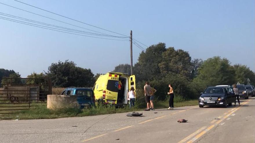 Tres ferits en un xoc entre una ambulància i un cotxe