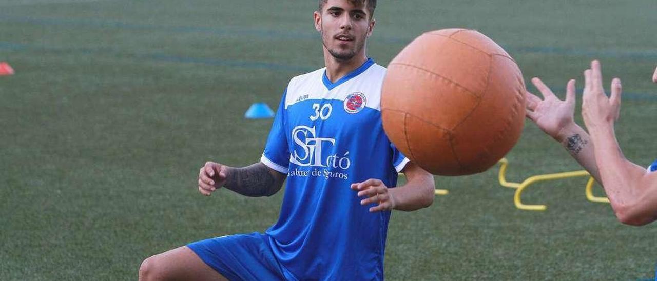 Tiago Rodríguez, ayer en el campo de Loñoá junto a un balón gigante durante el primer entrenamiento con la UD Ourense. // Iñaki Osorio