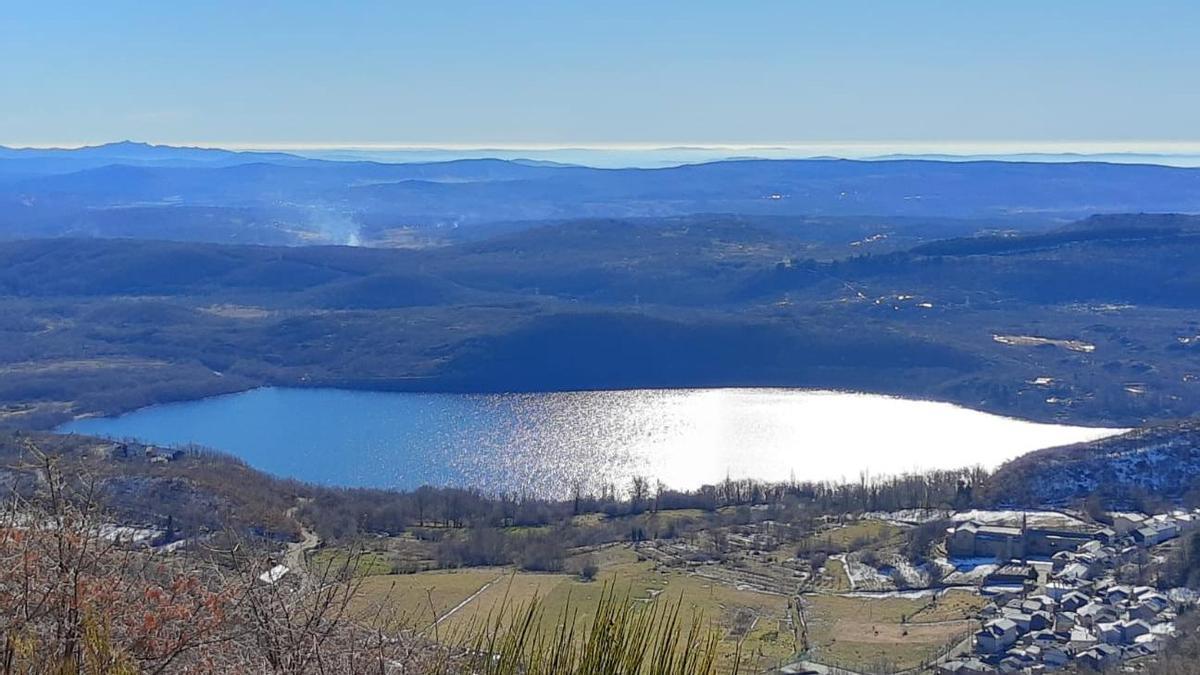 Vista de San Martín de Castañeda y el Lago de Sanabria desde la subida a Peces