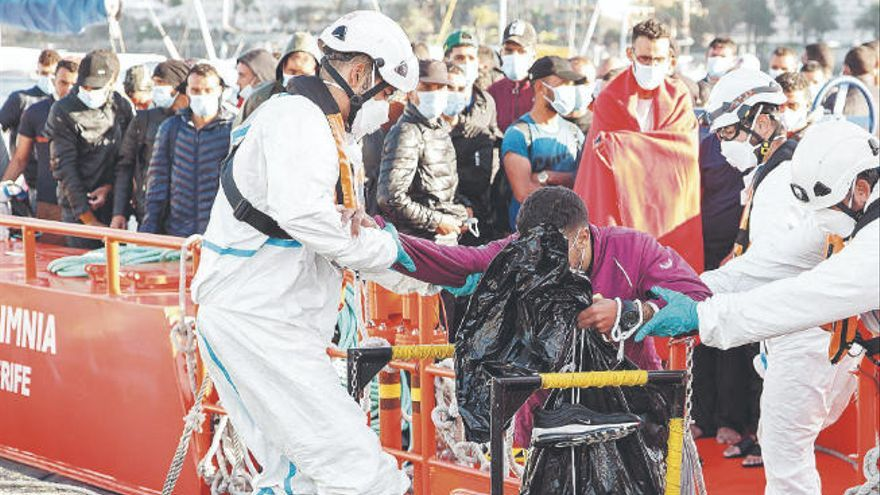 La llegada de más pateras deja el muelle de Arguineguín con 661 migrantes