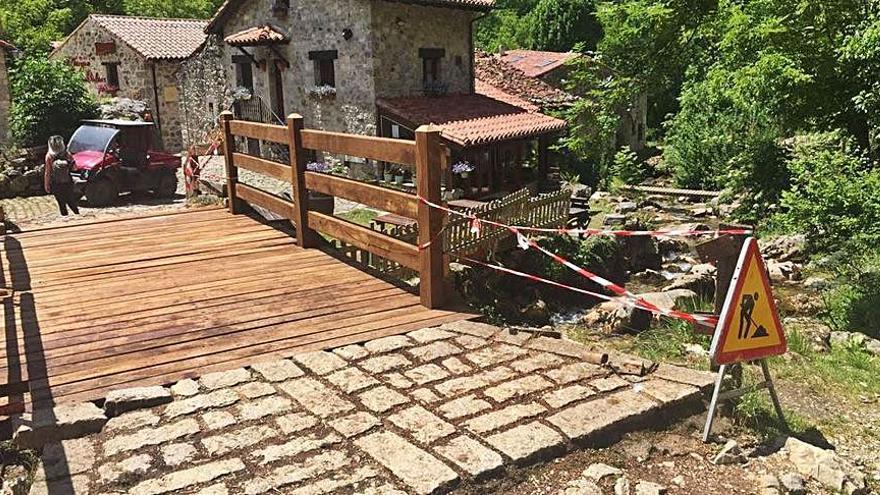 Cabrales renueva el puente de Bulnes y Parques acometerá la mejora del acceso al Barrio de Arriba
