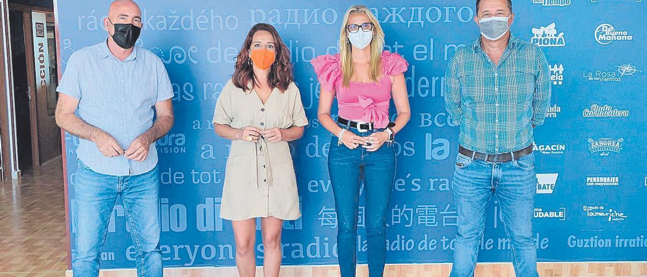 Los tres ediles destituidos con una periodista en una emisora de Fuerteventura