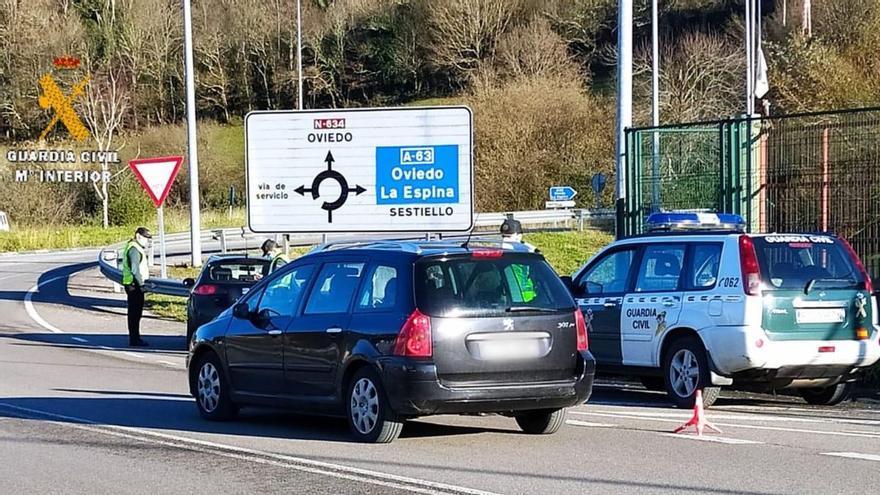 La Comandancia de la Guardia Civil de Oviedo realiza dispositivos para controlar el cierre perimetral en Grado