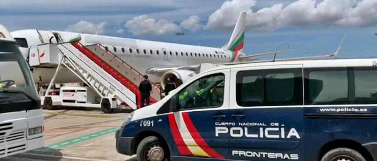 Un vehículo de la Policía Nacional en el aeropuerto de Son Sant Joan. | CNP