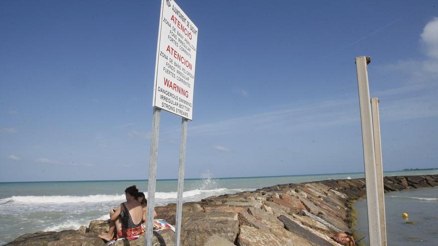 Tres bañistas rescatan a dos niños y a su padre en la playa del Port de Sagunt