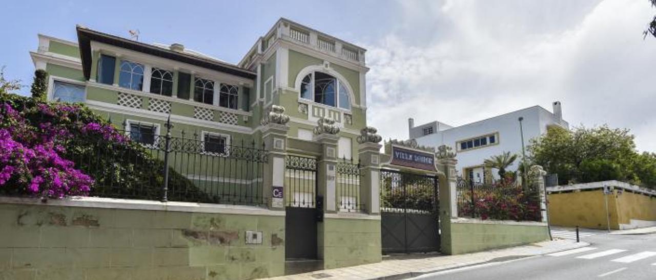 En primer término, 'Villa Leonor', convertida en una Casa Emblemática de cara al turismo; justo encima la Casa Márquez, de Miguel Martín Fernández de la Torre, ambas en la Carretera del Centro. | | ANDRÉS CRUZ