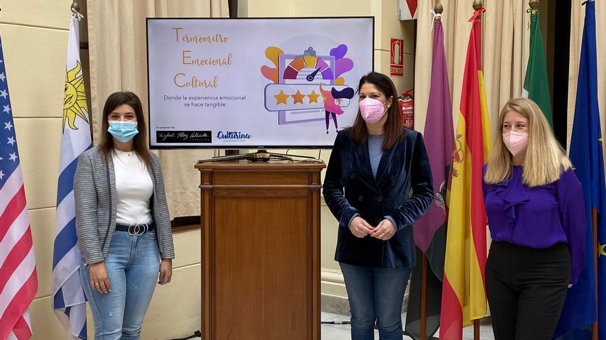 Presentación de la herramienta digital. De izquiera a derecha: la directora de Culturina Comunicación, Patricia Chica, la concejala de Cultura, Noelia Losada y la gerente de la Fundación Rafael Pérez Estrada, Ana Cabello, en el Patio de Banderas del Ayuntamiento