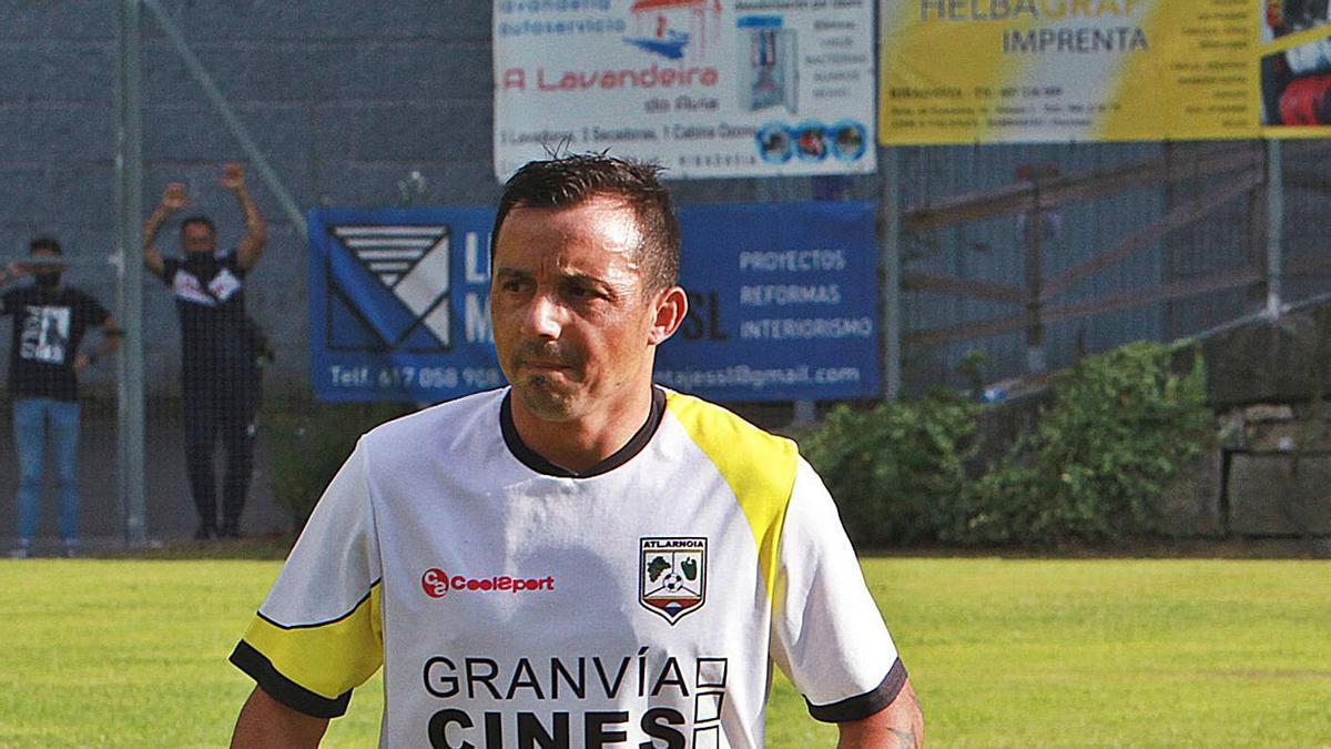 Oli acabó celebrando el ascenso sin camiseta en el campo de A Queixeira. |  // I.OSORIO