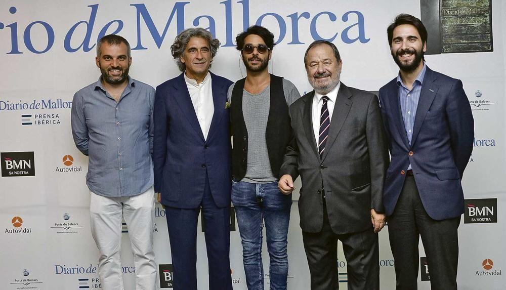 El posado antes de la entrega de los premios del poeta Jaume Munar, junto al abogado Joan Buades; el artista Albert Pinya, Vicenç Rotger, de Distribuidora Rotger, y Biel Buades, también abogado.