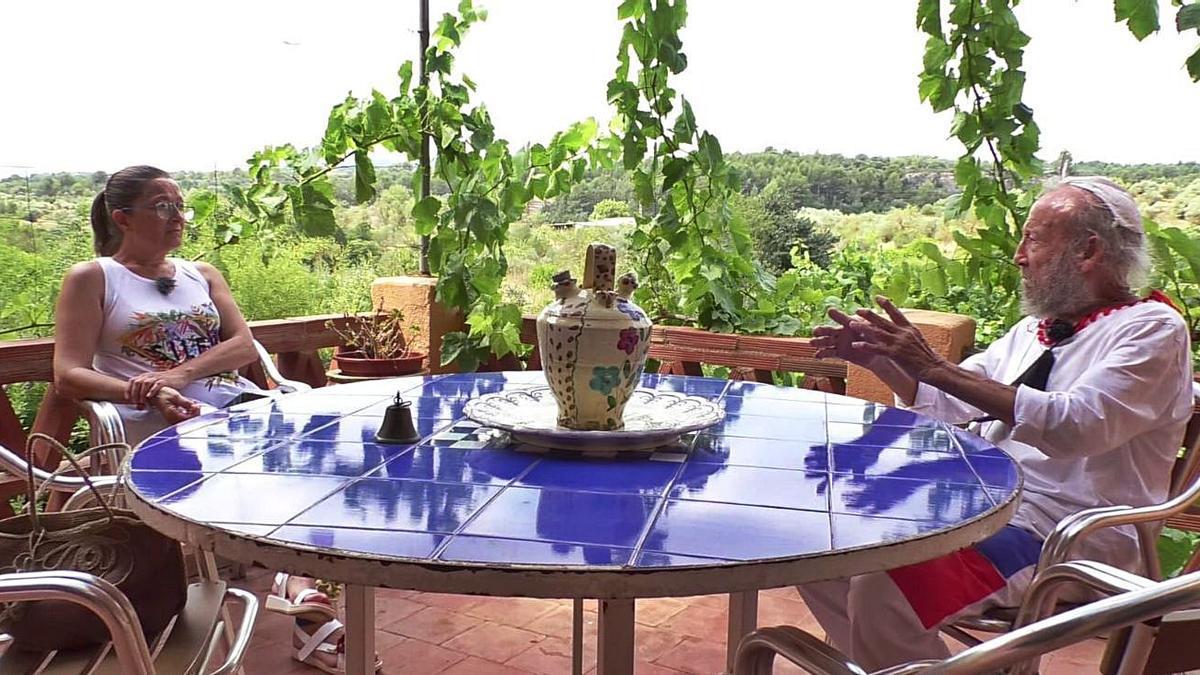 La periodista Loles García y Juan Ripollés charlan en la casa que el conocido artista tiene en Mas de Flors.   MEDI TV