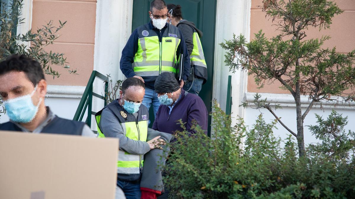 Alberto Vega Vicente sale de su domicilio detenido por la Policía Nacional