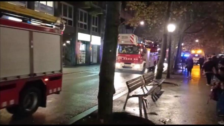 Ampli desplegament per l'incendi d'una cuina al passeig de Manresa