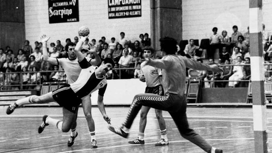 El Horneo Alicante homenajea en su partido ante el Cajasur a Poli, figura histórica en el balonmano alicantino