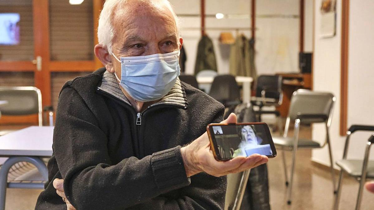Dos avis provant l'aplicatiu per fer videotrucades en el marc del programa Finestra Oberta