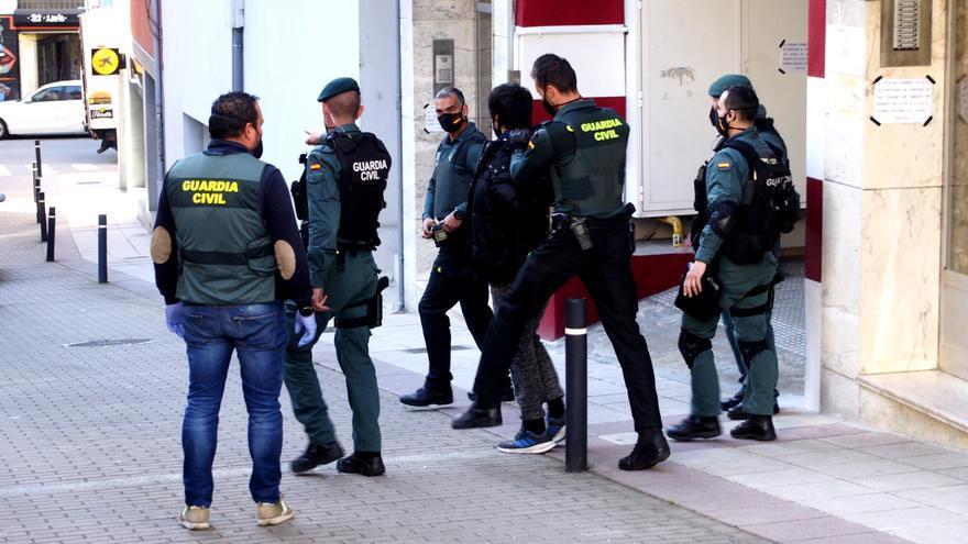 Detienen a dos presuntos traficantes al menudeo que tenían katanas y cócteles molotov en Noreña
