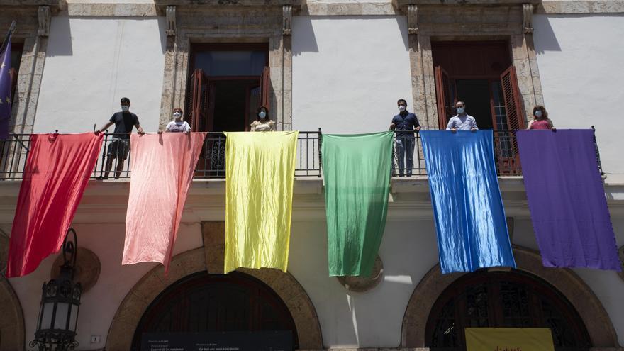 Sagunt saca al balcón la bandera arcoíris para visibilizar al colectivo LGTBI el día del Orgullo
