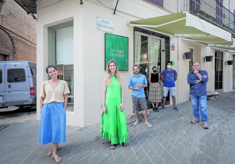 Mercè y Paula Ramírez, Álex Ramos, Lucía Cortés, Jorge Saucedo y Juanjo Ramírez, frente a La Mujer De Verde, en la plaza Porta Santa Catalina.
